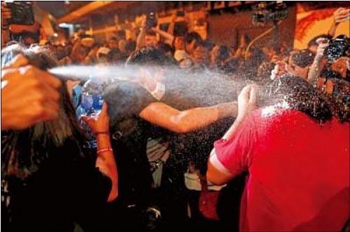 為阻止示威民眾硬闖中聯辦,警方數度動用胡椒噴霧、警棍等加以制止。(路透)