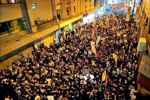中國人大常委會將針對香港立法會候任議員梁頌恆、游蕙禎「港獨」、「辱華」釋法,引發泛民主派及法律界抨擊為破壞香港司法獨立。「民間人權陣線」六日發起遊行,號召逾萬人走上街頭抗議,部分示威者晚間轉往中聯辦,與警方爆發衝突。(路透)